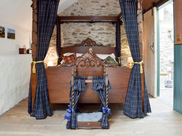 UK6394 four poster
